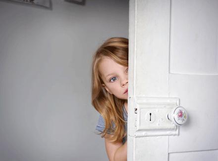 Девочка, выглядывающая за дверь