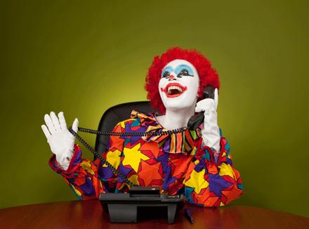 Веселый клоун говорит по телефону
