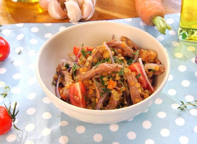 Салат из чечевицы и ростбифа