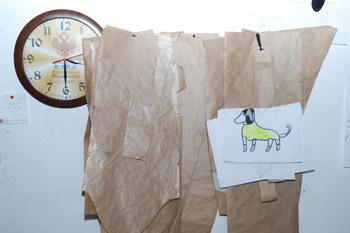 На входе у столика секретаря мы заметили занимательную доску. На ней был рисунок с собакой кислотного цвета. Дашины помощницы рассказали, что в преддверии Russian Fashion Week подготовка идет днем и ночью. Так что они периодически берут на работу своих детишек.