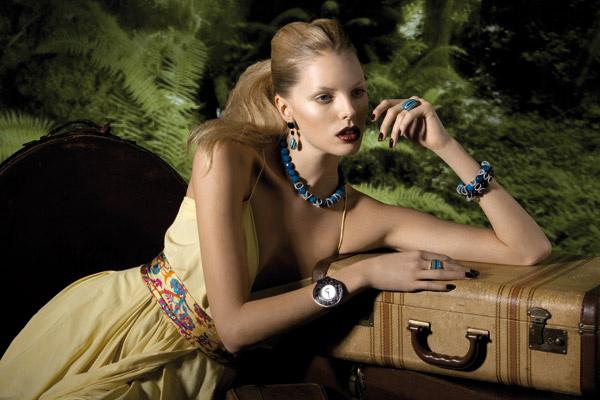 Длинные подвески со сложным орнаментом в этническом стиле, игривые ожерелья и браслеты, крупные серьги и гладкие кольца с яркими цветными камнями – все эти прелести можно найти в ювелирной коллекции Oxette.