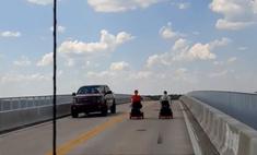 В США пожилая пара на скутерах устроила огромный затор на дороге, и один из водителей это гениально комментирует (видео)