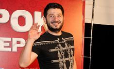 Михаил Галустян обулся в мокасины со стразами