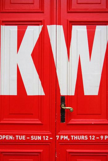 KW открылся осенью 1999-го. Вот уже десять лет он представляет собой 2000 квадратных метров выставочного пространства, пять этажей и самый уютный дворик в Берлине.