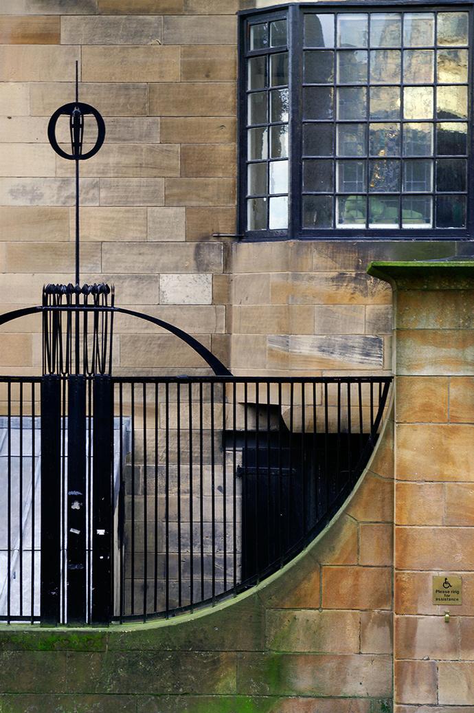 Фрагмент фасада Школы изящных искусств в Глазго, построенной Чарльзом Ренни Макинтошем в 1897–1909 годах.