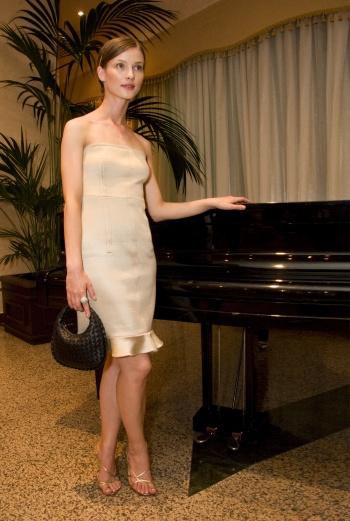 Светлана Иванова - в холле гостиницы возле рояля.