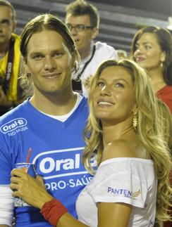 Жизель Бундхен (Gisele Bundchen) и Том Брэди (Tom Brady) на матче по американскому футболу.