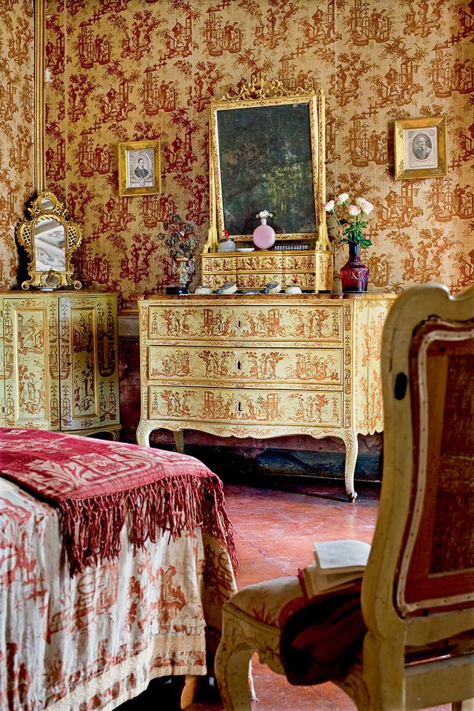 Та же ткань использовалась для штор иобивки стен.