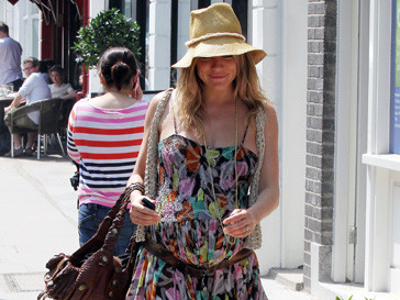 Беременная Сиенна Миллер (Sienna Miller) на прогулке