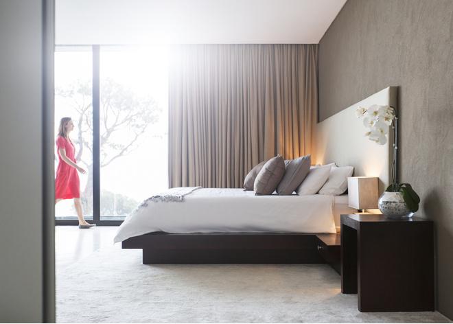 какие шторы подойдут к серым обоям в спальне