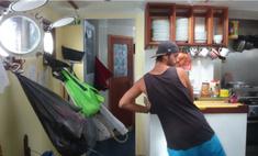 Вот как выглядит приготовление пищи на корабле в шторм (видео)