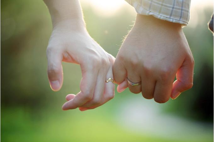 Руки с обручальными кольцами
