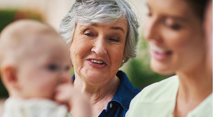 «Наденьте на ребенка шапочку!» или Что говорят молодым родителям первые встречные?