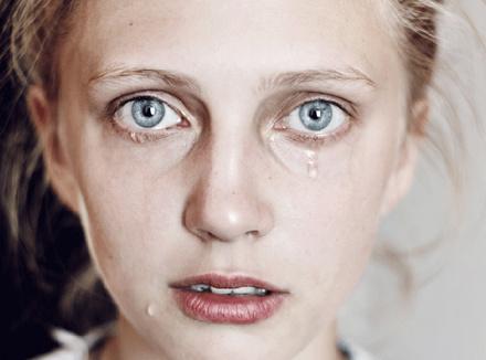 Заплаканное лицо женщины