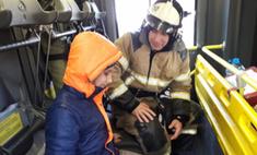 Ростовские пожарные навестили слепого ребенка, который год звонил им от одиночества