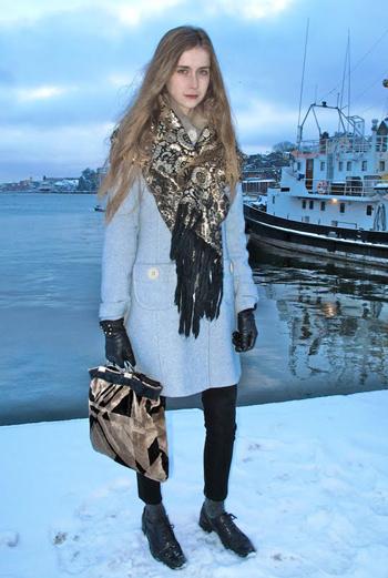 Влюбиться в эту русую красавицу из Швеции можно не только за ее красивую внешность, но и за невероятные шарф и сумку с золотыми элементами, дополняющими нежно-голубое пальто.