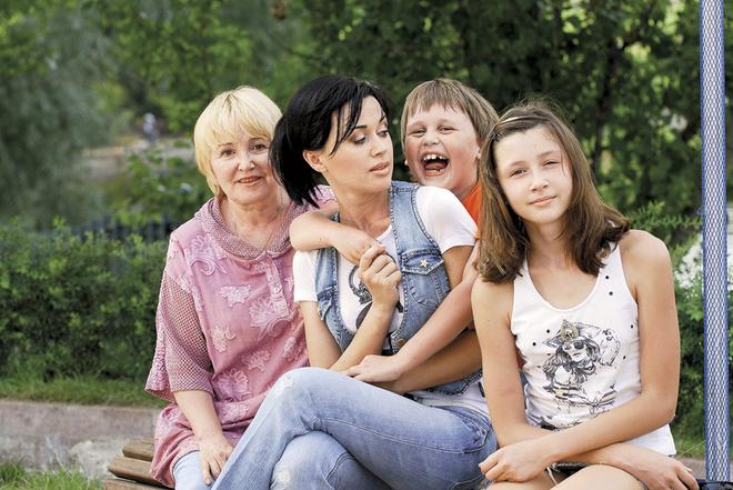 Анастасия с мамой Валентиной Борисовной, сыном Майки и дочкой Аней. 2007 г.