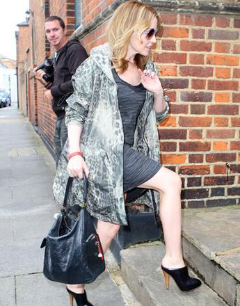 Кайли Миноуг (Kylie Minogue) в пальто с анималистичным принтом
