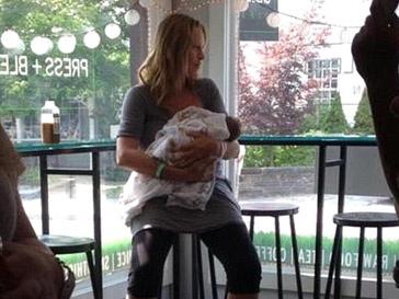Ума Турман (Uma Tourman) с новорожденной дочкой