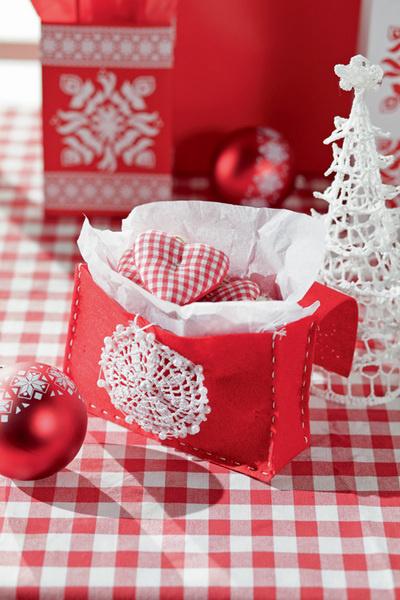 Идея №9. Сумка для подарков. В упаковку можно превратить даже остатки плотной ткани или фетра. Также для изготовления «сумки» понадобятся ножницы, толстая игла и нитки, упаковочная бумага.