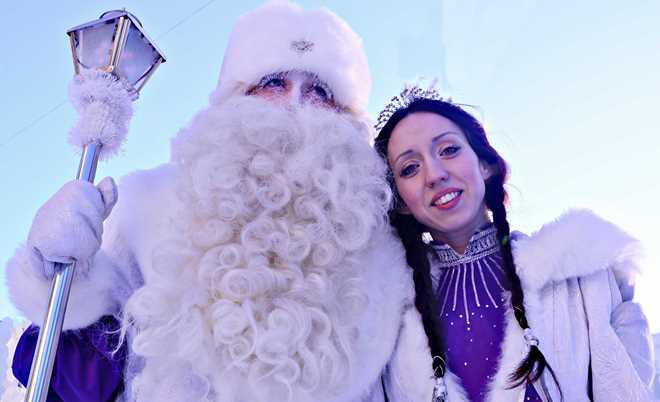Дедушка Мороз и Снегурочка рады поиграть с детишками