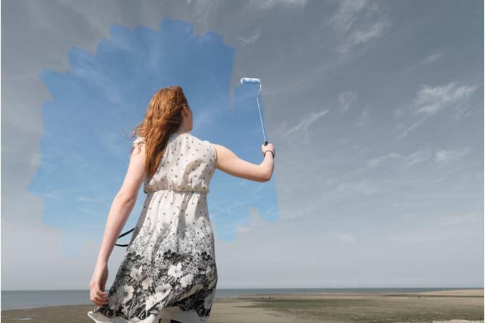 Женщина раскрашивает небо
