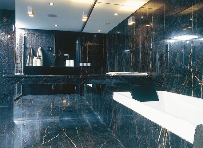 Стены и пол облицованы черным мрамором, Portoro