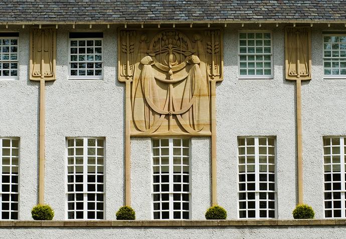 Фасад «Дома для любителя искусств» Макинтош украсил рельефами, достойными Венского Сецессиона.
