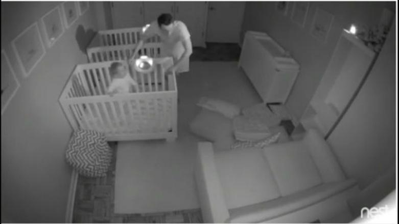 Ночная вечеринка 2-летних близнецов стала хитом Интернета