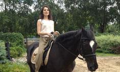 Сати Казанова оседлала лошадь