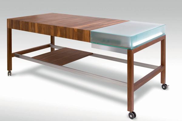 Обеденный стол Workstation 1 - мечта трудоголика! Столешница оборудована отделениями для ноутбука и хранения бумаг, а также розетками.