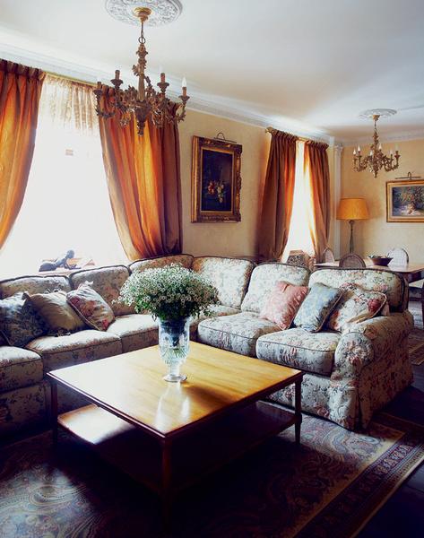 Угловой диван в гостиной, компания «Цехъ». Деревянные люстры, Cellini.