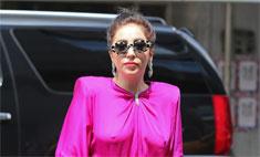 Леди Гага выгуливает собаку в вечернем платье без белья