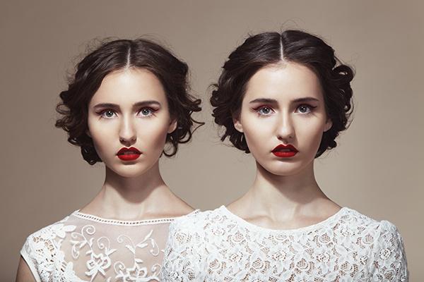 девушки-близнецы