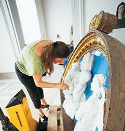 Последние приготовления перед развеской объектов в музее Боде, вновь открывшемся в октябре 2006 года