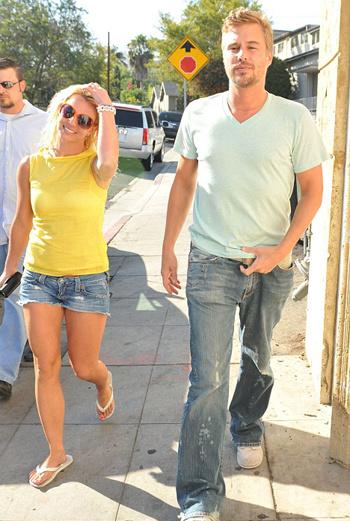 Бритни и Джейсон гуляют по Лос-Анджелесу