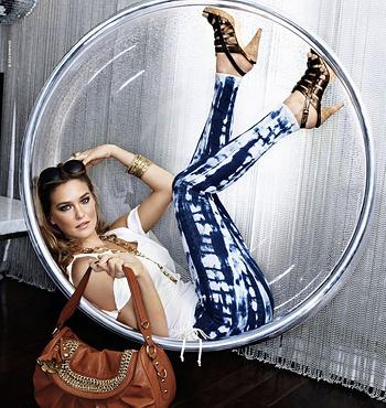 Главный секрет красоты ног Бар заключается в том, что модель провела много часов, занимаясь единоборствами.