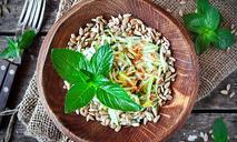 Зеленый салат из кольраби с мятой и кинзой