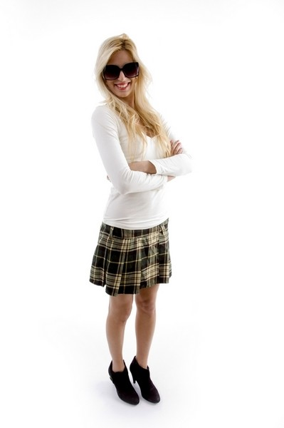 Образ: короткая юбка, майка и замшевые ботильоны. Но при этом ведет себя скромно, мило улыбается, вежлива и корректна.