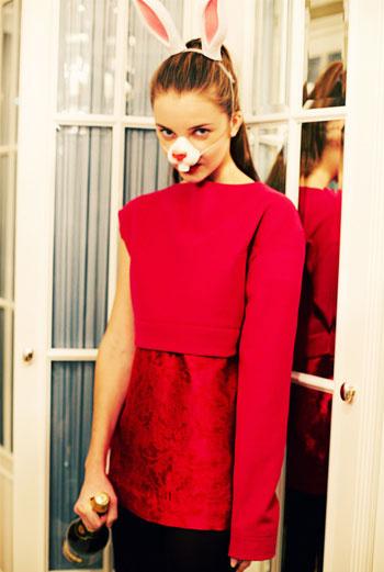 FORGET ME NOT «Это платье – своего рода жакет с как бы вывернутым вниз подкладом. Из ярких цветов очетание малинового с красным – мое любимое. Материалы – сукно и шелковый жакард. Основным источником вдохновения были бесконечные стройки в городе, которые напоминают инсталяции, искры сварочных работ. Я подумал о том, что это в прямом смысле fireworks – салют! Очень новогодний!» АРТУР ЛОМАКИН