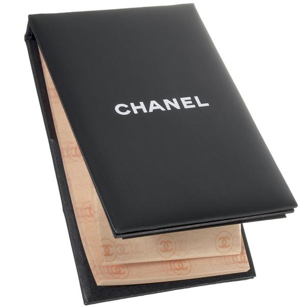 Салфетки Papier Matifiant de Chanel снимают излишний блеск кожи, оставляя макияж нетронутым. 150 листочков хватит не на один месяц.