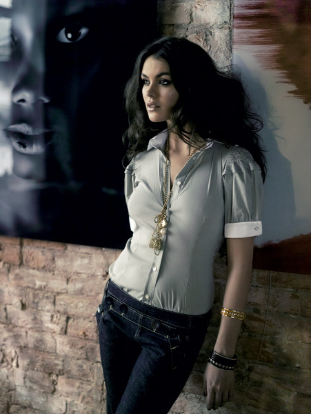 Сорочка из хлопка, Cristina Effe, 8570 руб.; джинсы, BCBG, 4737 руб.; браслеты, Selena, 420 руб. и 830 руб.; колье, Urban Outfitters.