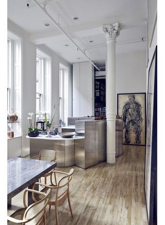 Кухня из нержавеющей стали — проект архитектора Уильяма Джорджиса. У стены — рельефный принт Adam From Roots, Мишель Ока Донер, 2008 год.