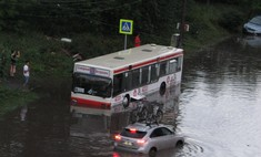 В Красноярске в ливень утонули автобусы. Пассажиры выбирались вплавь (видео)