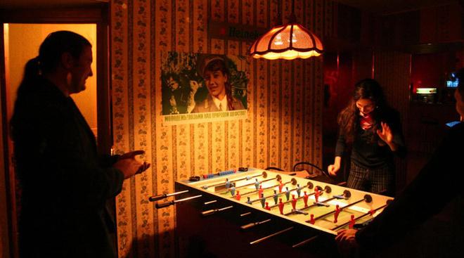 Маленькие клубы, спрятанные в подворотнях, как правило, оказываются милыми квартирками, обклеенными бумажными обоями 80-х.