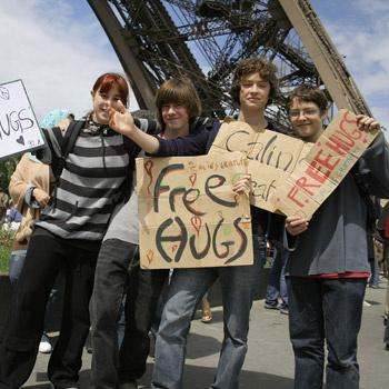 Юные последователи движения «Бесплатные объятия».