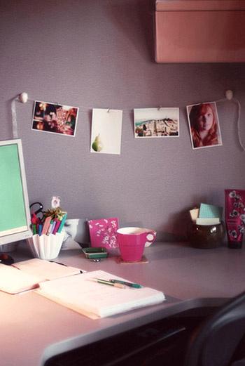 Перетяните ленту от одной части стены к другой и развесьте дорогие вам фотографии на канцелярские прищепки.