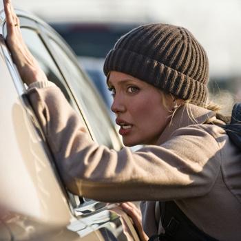 Агент ЦРУ и «русская шпионка» Эвелин Солт справлялась с трюками как профессиональный каскадер.