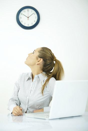 Если менеджер по персоналу во время собеседования давал понять, что его время ограниченно, поглядывая на часы, то, по всей вероятности, он не проявил к вам должного интереса.