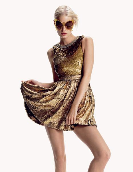 Proenza Schouler. Золотое мини-платье для самого роскошного лета! Шелковое платье, украшенное перьями и пайетками, Proenza Schouler; солнцезащитные очки, Oliver Goldsmith.